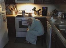 Zamerljiv moški najde taščo sključeno v kuhinji. Ko se zave, zakaj je tam ...