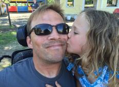 Ta oče je paraplegik. Toda to, kar počne za svojo hčerko ... KAPO DOL!