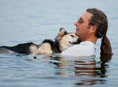 Skoraj vsak dan je nosil svojega bolnega psa do jezera. Zakaj? Utrnile se vam bodo solze ...
