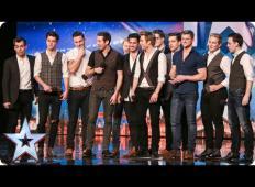 12 moških skupaj prišlo na oder talentov. Žirija je bila skeptična, toda ko so slišali njihove glasove ...