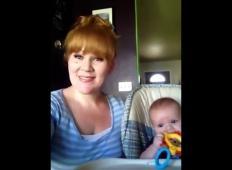Mama dobi kamero in z dojenčkom ob sebi zapoje pesem Hallelujah. To je glas, ki ga boste poslušali in poslušali ...