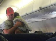 Moški je pomagal noseči ženski pri pomiritvi njenega sinčka na letalu in si zaslužil ogromno spletne ljubezni