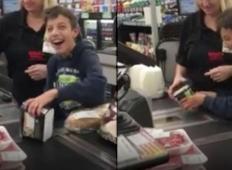 Mama in bolan fant stojita v vrsti pri blagajni. Kaj blagajničarka naredi, mu je prineslo neverjetno veselje!