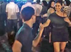 Tale najstnik zgrabi tole žensko in jo odvleče na plesišče. Sedaj boste presenečeni nad njegovimi gibi, tako kot ona!