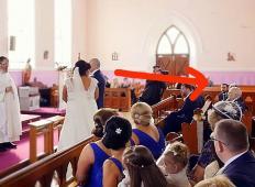 Nevesta in ženin stala pred oltarjem. Iz ozadja se zasliši zvok in nevesta plane v jok ...