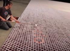 Napolnil je 66.000 kozarcev z različnimi tekočinami. Ko kamera pokaže sliko iz zraka ... IMPRESIVNO!