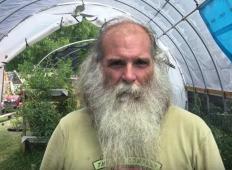Prizadel jih je orkan, ta človek pa je nato za revne ustvaril vrtove in pridelke. Vse to jim je na voljo brezplačno!