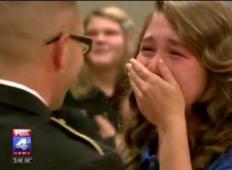 Dolgo časa ni videla svojega očeta, ki je služil v vojski. Pred celotno šolo je med branjem teksta doživela ganljivo presenečenje ...