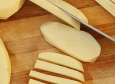 Hrustljav krompirček brez kapljice maščobe... Pa še tako enostavno ga je pripravit!