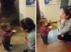 To je najmlajša prepirljivka na svetu. Način, na katerega se krega z mamo, je nekaj najbolj srčkanega ...