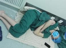 Kirurga so ujeli spati v bolnišnici na tleh, ko je prisostvoval 28 urni operaciji