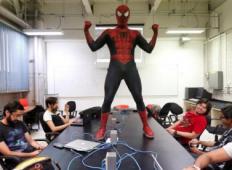 Profesor študentom predava oblečen v Spidermana. Postal je najbolj priljubljen profesor ...