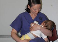 Mamica se je poškodovala v vojni nesreči, očka mu je umrl. Dojenček je potreboval dojenje in medicinska sestra je storila tole ...