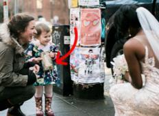 Tale punčka se je zmotila, ko je videla nevesto in mislila, da je to princesa iz njene knjige. Njena reakcija vam bo stopila srce