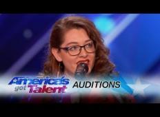 Gluha pevka si prisluži zlat gumb z originalno pesmijo na Americas Got Talent