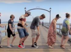Potoval je po svetu in 100 ljudi naučil enega plesa. Ko je združil vse posnetke ... IZJEMNO!