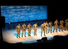 10 moških je pelo svetovno uspešnico. Ko začnejo s plesnimi gibi, množica ponori!