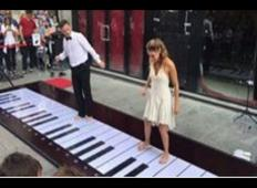 Na ulico sta postavila ogromen klavir. Potem sta z NOGAMI začela igrati melodijo Pink Pantherja ...
