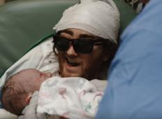 Imel je hudo obliko raka, ležal je na smrtni postelji. Kljub temu je bil zraven pri rojstvu svojega sina in naredil nekaj izjemnega ...