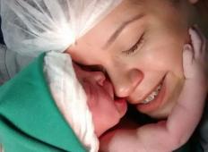Sestra ujame trenutek, ki vam bo ogrel srce. Novorojenček se oklepa svoje matere od katere se ne more ločiti