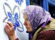 90-letna češka upokojenka je v svoji vasici prava atrakcija. Poglejte, kaj počne!