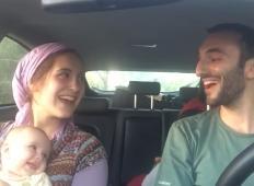 Očka in mamica v avtu zapojeta pozitivno pesem. Reakcija njune hčerke vam bo dokazala, kako pomemben je dober odnos med partnerjema ...