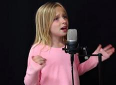 11 letnica zapoje originalno pesem in njen angelski glas je potoval po celem internetu