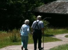 Prijela ga je za roko in sta šla na sprehod, dokler ni zajel zadnjega diha