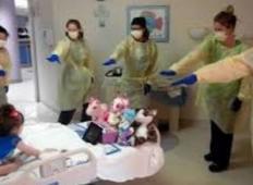 Tale majhna punčka je prišla v bolnišnico zaradi gripe. Nato njena mama ujame sestre, ki počno tole