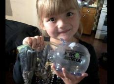 Njena sošolka si ni mogla privoščiti nakupa mleka. Ta deklica je odprla svojega pujska s kovanci in poglejte, kaj se je zgodilo ....