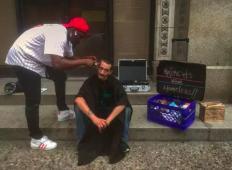 Frizer je bil brez zaposlitve, toda na ulici je strigel brezdomce brezplačno. Do njega pride bogat lastnik salona in naredi tole ...
