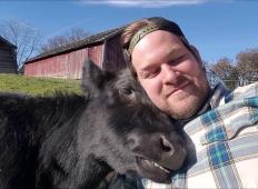Dovolj mu je bilo dela za računalnikom. Pustil je službo, prenovil 140 let staro kmetijo in sedaj skrbi za zapuščene živali ...