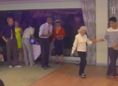 90 letnica počasi pride na plesišče, nato se glasba začne in vsem pade čeljust na tla