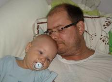 Očka dveh majhnih otrok mora nujno na operacijo, da bo preživel. Skupaj jim lahko pomagamo ...