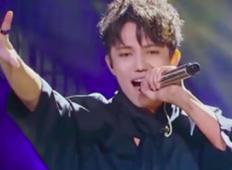 Mlad pevec pride na oder in zadane note, ki jih večino slavnih lahko samo sanja
