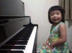 Vzela vam bo sapo! 3-letna deklica na klavir zaigra, kot da bi bila prava profesionalka ...