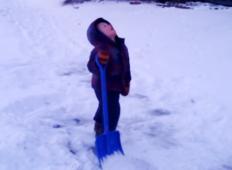 Sin je mamo prosil, če lahko očisti sneg pred hišo. Oblekla ga je v kombinezon, mu dala lopato in zgodilo se je tole ...