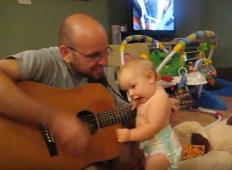 Očka in hčerka se postavita sredi dnevne sobe. Ko zaigrata na kitaro se očetu ne sanja, kaj ga čaka ...