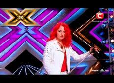 Imeli so jo za čudno, v publiki so se ji posmehovali. Toda ko je  odpela hit skupine Queen, je publika vstala s stolov ...