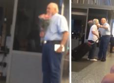S šopkom rož in čokolado je pričakal ženo na letališču. Ta starejši gospod je dokaz, da večna ljubezen obstaja!