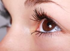 Znanstveniki razvili kapljice, ki naj bi izboljšale vid do te mere, da ne bi več nosili očal ...