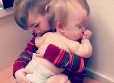 Njegova mlajša sestrica se spopada s težko boleznijo. Bratec ne dopusti, da bi trpela, zato ji počne tole ...