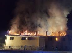 Požar v Veliki Nedelji čez noč uničil stanovanja 12 ljudem. Pomagajmo jim s skupnimi močmi!