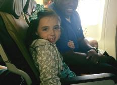 Mama s tremi otroki je šla na letalo. Njeno hčerko je zgrabil panični napad, potem pa je letalski uslužbenec storil tole izjemno potezo ...