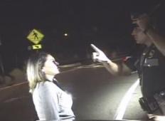 Policist je ustavil žensko, ki je vijugala po celi cesti. Ko je zagledal prestrašeno punčko in odprl prtljažnik, ga je do konca ganilo ...