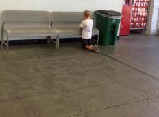 Sin je šel z mamo v trgovino, toda kmalu jo je zapustil. Ko ga je našla, da kleči na tleh, ni mogla verjeti, kaj je počel ...