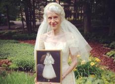 Vnukinja našla poročno obleko od babice. Po 63. letih jo je prepričala, da si jo ponovno obleče ...