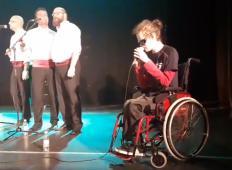Je avtist, ima cerebralno paralizo in ne vidi. Toda poglejte, kako mladi Slovenec zapoje s hrvaško klapo!