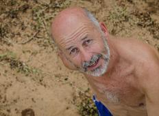 Mladenič je želel izpasti frajer pred svojimi prijatelji. Upokojenca je na plaži provociral, toda potem je dobil nazaj ...