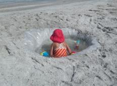 S to potezo bo vaš dan z majhnimi otroki na plaži brezskrben. To bi morali videti vsi starši ...